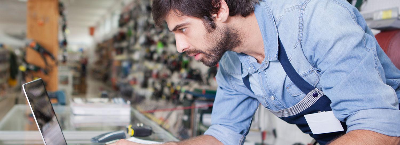 Småföretagarna försäkring kille arbetar med datorn
